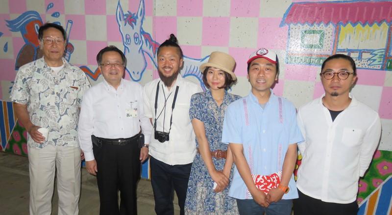 地下道の中で、アーティスト達と市長と当NPO理事長とで記念撮影
